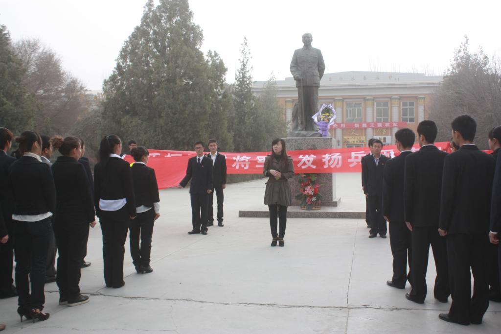 生前一直担任塔里木大学名誉校长的王震将军为新疆